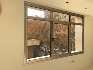 پنجره آلومینیومی ترمال بریک از آخرین دستاوردهای صنعت آلومینیوم سازی دنیا میباشد. امروزه استفاده از پنجره های با قاب آلومینیومی به علت شکل پذیری بالا و سبکی متداول شده است. زیرا استفاده از این پنجره های آلومینیومی وزن ساختمان را کاهش میدهد.